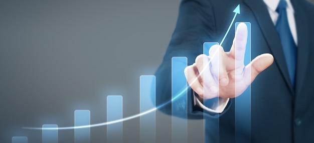 彼のビジネスでグラフの肯定的な指標の実業家計画グラフ成長の増加
