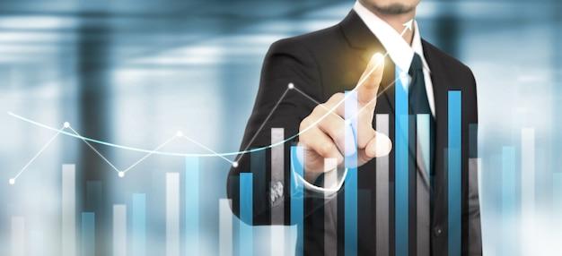 Бизнесмен планирует рост графика роста диаграмм положительных показателей в своем бизнесе