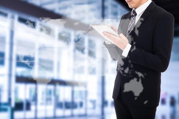 あなたのビジョンと市場を成功させるためにタブレットから彼の戦略ビジネスを計画しているビジネスマン。