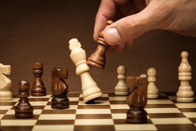 Бизнесмен, играя в шахматы крупным планом