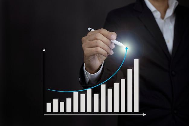 화살표 그래프 기업 미래 성장 계획 진행 또는 성공 개념을 가리키는 사업가