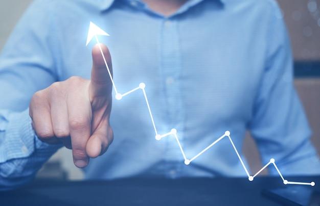 Бизнесмен, указывая стрелка граф растет корпоративный