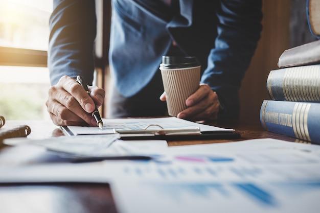 품질 향상 계획에 대한 분석 사용 그래프 및 차트를 가리키는 사업가