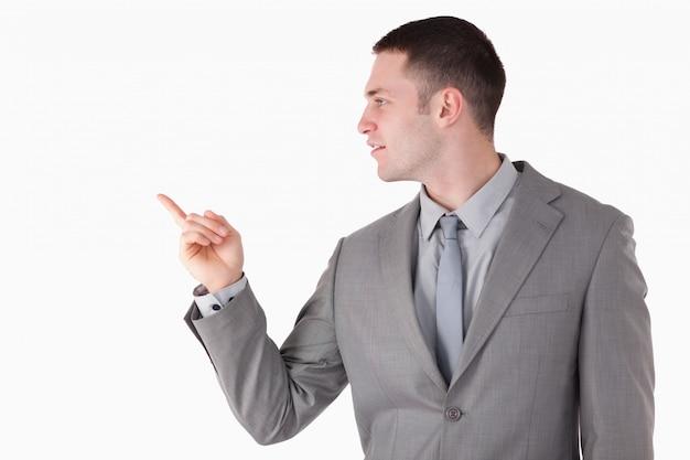 Бизнесмен, указывая на что-то