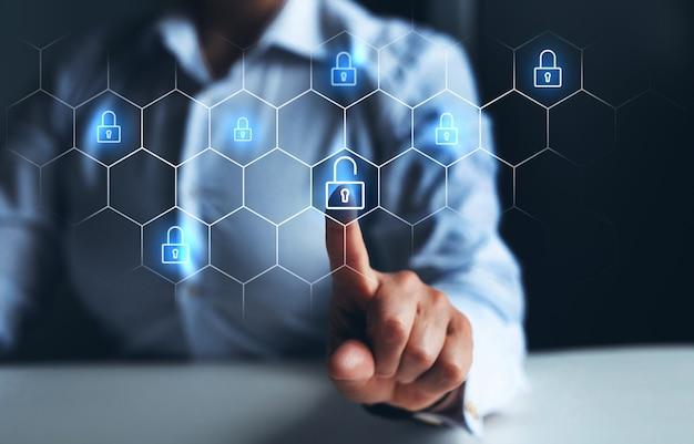 잠금 해제 아이콘 기호로 디지털 화면을 가리키는 사업가 잠금 해제 비즈니스 보안 해킹 및 공격의 개념