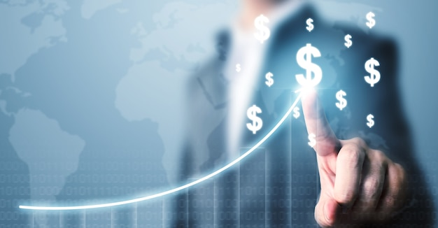 地図とグラフの成長成長とドル通貨アイコンを指すビジネスマン