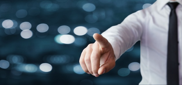 指を指すビジネスマン