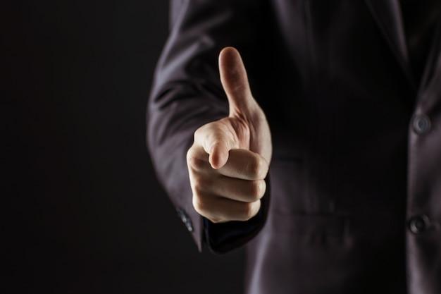 彼の指を前に向けるビジネスマン。