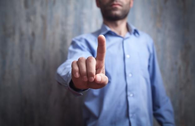 画面内の指を指しているまたは触れているビジネスマン。