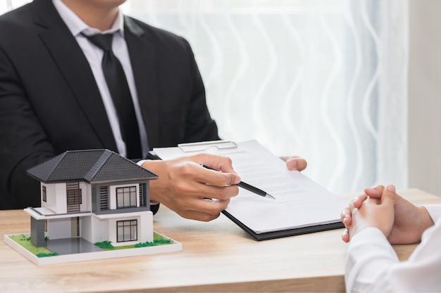 Предприниматель указывает место, где должен подписать документ