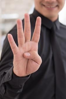 Бизнесмен, указывая вверх жест рукой номер пальца