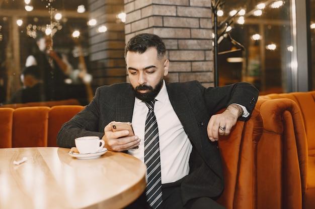 Uomo d'affari in posa in un caffè