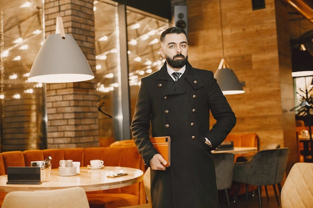 Uomo d'affari in posa in un ristorante