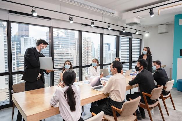 Бизнесмен презентация бизнес-плана на ноутбуке за столом для переговоров