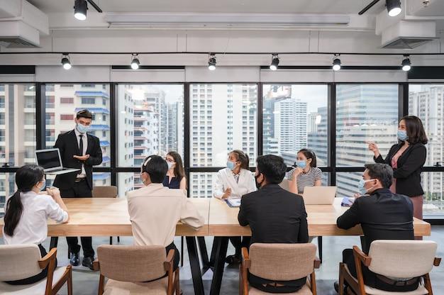 会議テーブルでラップトップ上のビジネスプランのビジネスマンのプレゼンテーション