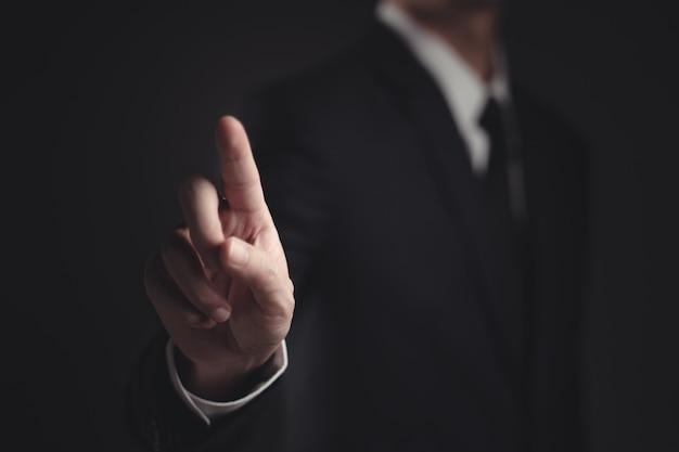 黒の黒のスーツで提示するビジネスマン
