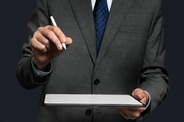 태블릿 첨단 기술에서 투사되는 보이지 않는 홀로그램을 제시하는 사업가