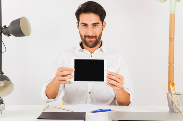 Предприниматель, представляющий планшет