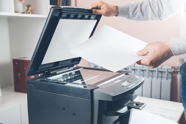コピー機を使用するためのパネル上のボタンを押すと実業家
