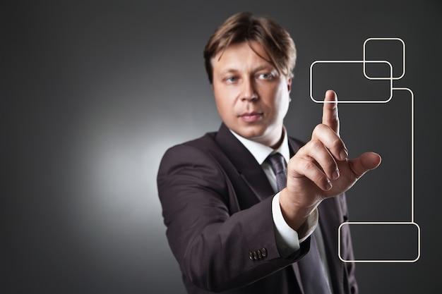 コピースペースセンサーの四角いキーを押すビジネスマン