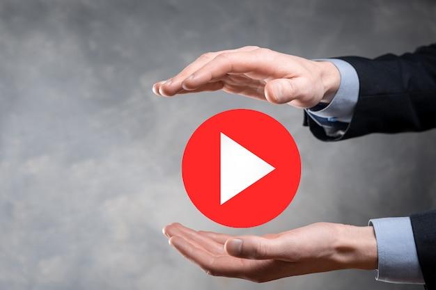사업가 누르면, 재생 버튼 기호를 눌러 프로젝트를 시작하거나 시작합니다. 비디오 재생 프레젠테이션. 비즈니스, technology.media 플레이어 버튼에 대한 아이디어. 재생 아이콘.