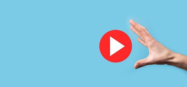 누르는 사업가, 프로젝트를 시작하거나 시작하기 위해 재생 버튼 기호를 누르고 있습니다. 비디오 재생 프리젠테이션. 비즈니스, technology.media 플레이어 버튼에 대한 아이디어. 아이콘을 재생합니다. 이동합니다.