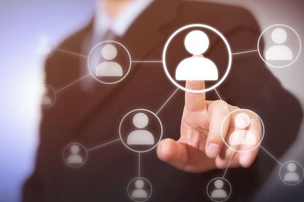 Бизнесмен отжимая современные социальные кнопки на виртуальном.