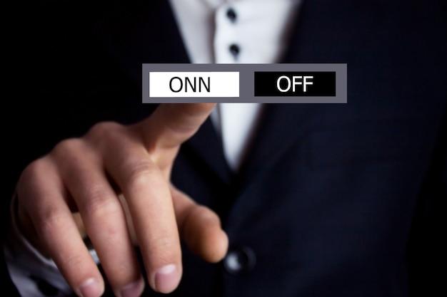オンオフボタンを押すビジネスマン