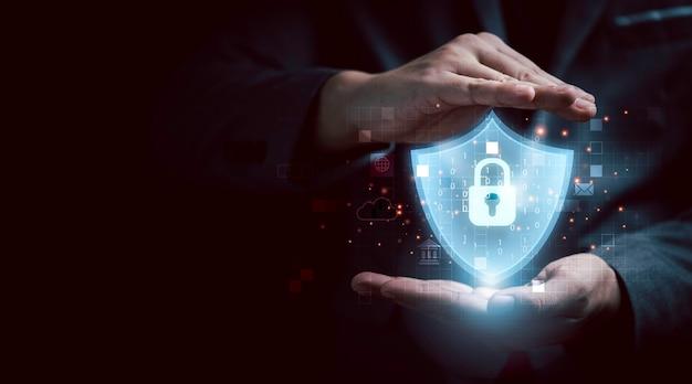 ビジネスマンは、アクセスセキュリティシステム、未来の技術コンセプトのための入力パスワードまたは指紋スキャナーによって生体認証データにアクセスするための仮想ガードとキーで保護します。