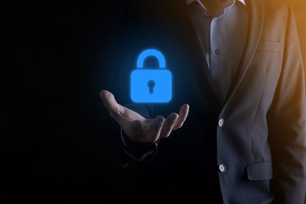 Бизнесмен, защищающий данные личной информации на виртуальном интерфейсе