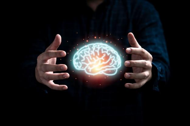 特許の著作権と創造的思考のアイデアの概念を防ぐために光る仮想脳を保護するビジネスマン。