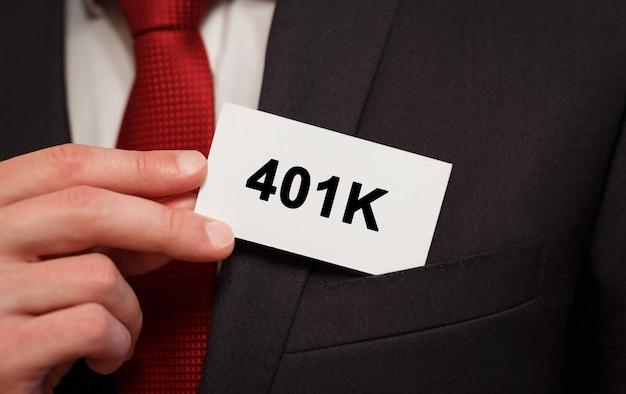 주머니에 텍스트 401k 카드를 넣어 사업가