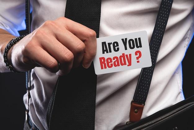 テキストとカードを置くビジネスマンは準備ができています。
