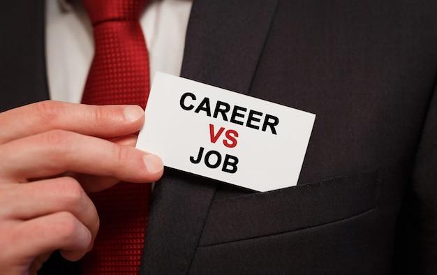 ポケットにテキストキャリア対仕事のカードを置くビジネスマン