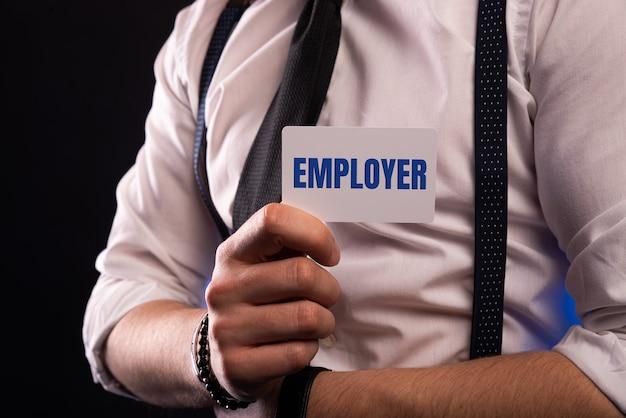 ポケットにテキスト雇用者とカードを置くビジネスマン。