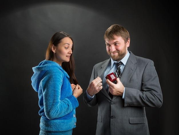 Бизнесмен кладет подарочную коробку в карман