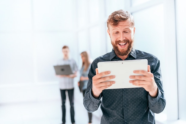 ビジネスマンは、デジタルタブレットでメッセージを読んでいます