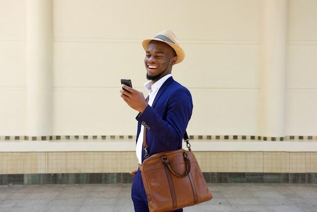 휴대 전화에 문자 메시지를 읽는 사업가