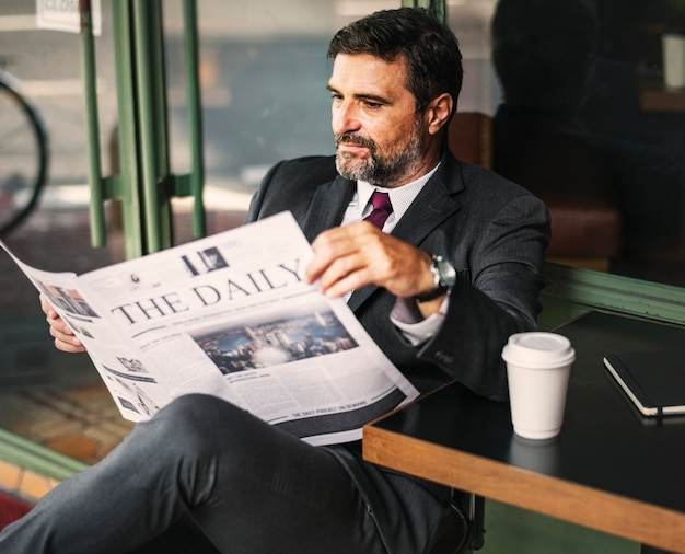 Бизнесмен, читающий ежедневные новости