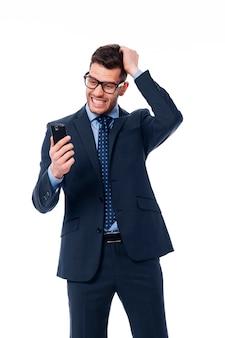 Uomo d'affari che legge una notizia molto cattiva