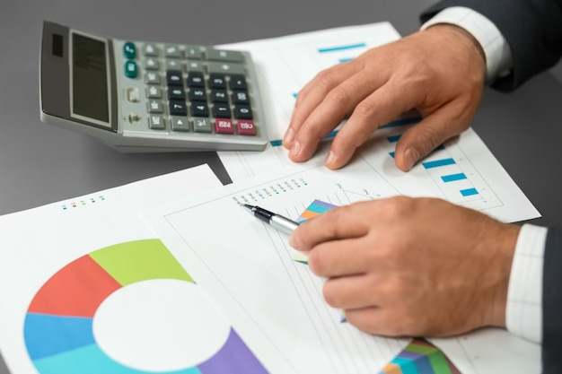 사업가는 분석 데이터를 읽습니다. 진행 상황에 대한 새로운 정보. 지루한 작업입니다. 어려운 계산.