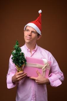 사업가 갈색 벽에 크리스마스를위한 준비