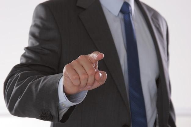 Бизнесмен готов пожать руку в офисе