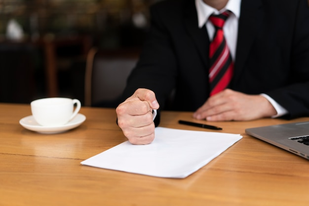 사무실에서 거래를 서명 할 준비가 사업가