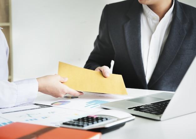 Бизнесмен получает деньги взятки в конверте для деловых людей, чтобы дать успех концепция взяточничества и коррупции.