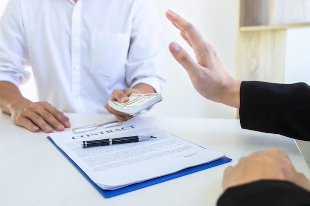 Бизнесмен, отказываясь получать взятки от своего партнера, чтобы успешно заключить сделку