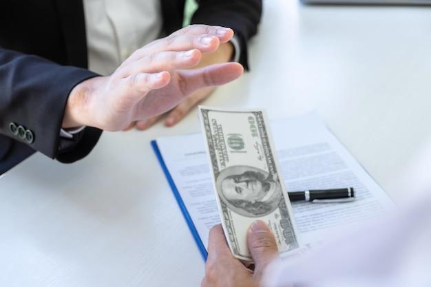 お金を受け取ることを拒否する実業家