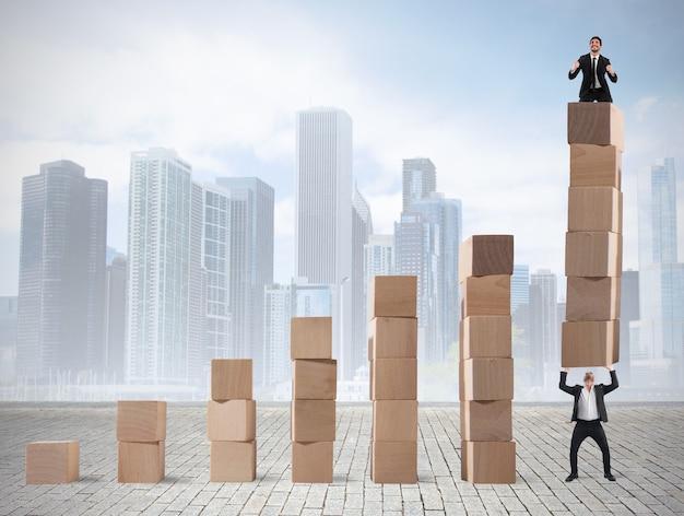 사업가는 동료가 해제 한 통계의 마지막 단계에 기뻐합니다.