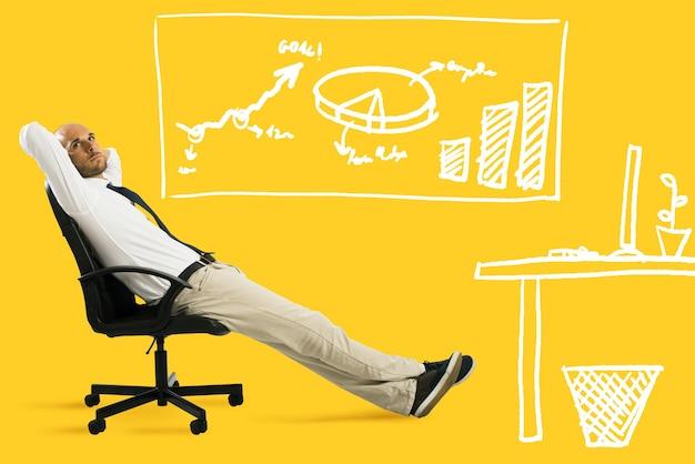 ビジネスマンはリラックスして椅子に座っていると思います。黄色の背景