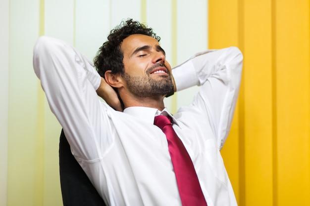 Бизнесмен, расслабляющий в своем кабинете